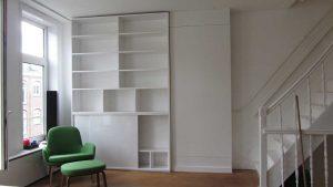 Boekenkast met schuifdeuren waarachter de TV geplaatsst wordt