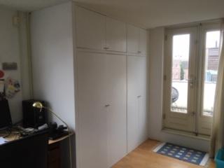 Wandkast rondom CVketel en wasmachine, tevens met plankenbergruimte voor vakantiespullen